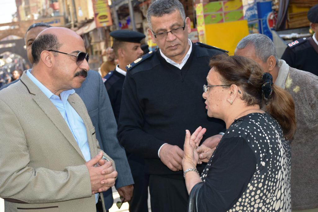محافظ أسوان يوجه بنقل الباعة الجائلين للسويقات الجديدة بالسوق السياحى (1)