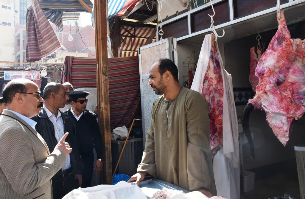 محافظ أسوان يوجه بنقل الباعة الجائلين للسويقات الجديدة بالسوق السياحى (2)