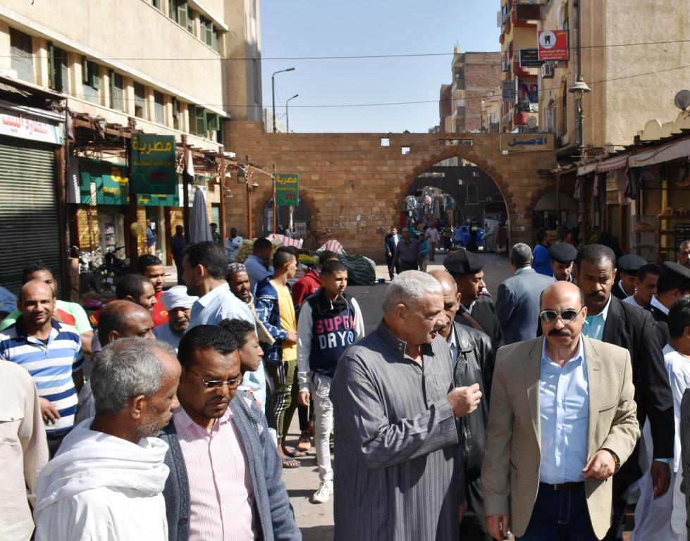 محافظ أسوان يوجه بنقل الباعة الجائلين للسويقات الجديدة بالسوق السياحى (8)