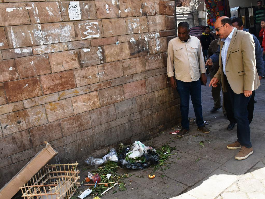 محافظ أسوان يوجه بنقل الباعة الجائلين للسويقات الجديدة بالسوق السياحى (5)