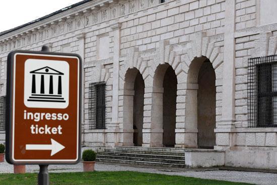 اغلاق الاماكن العامة بإيطاليا