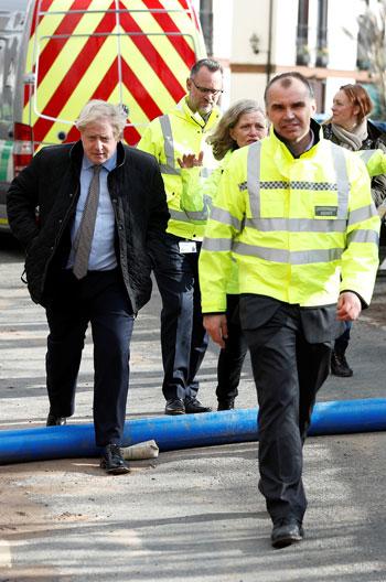 رئيس-الوزراء-البريطانى-يتابع-الأوضاع-على-الأرض