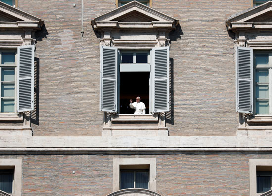 البابا-يطل-لتحية-المتواجدين-بساحة-القديس-بطرس-فى-الفاتيكان