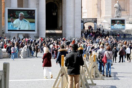الشاشات-لنقل-صلاة-البابا-على-الهواء