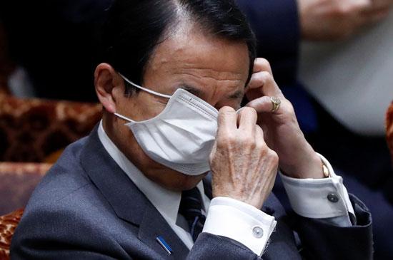 وزير المالية يرتدى القناع