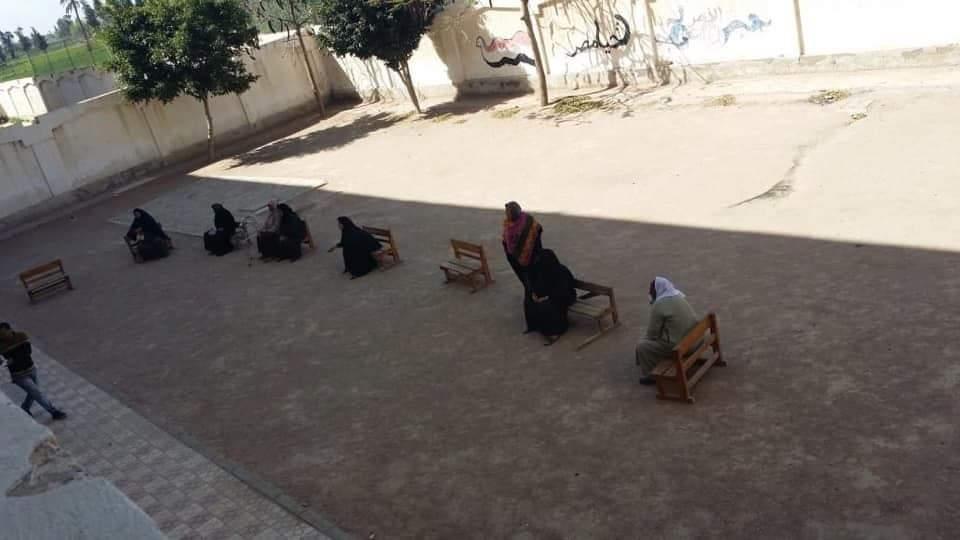اهالى قرية أبيس بمجمع ابو العزائم لصرف معاشاتهم (2)
