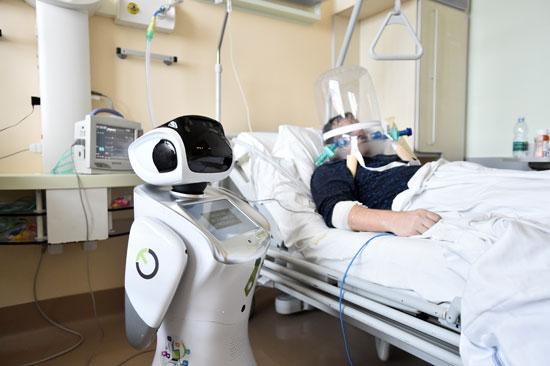 ريبوت بجانب احدى المرضى
