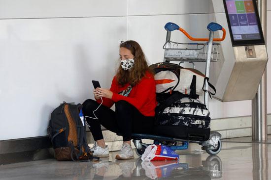 راكبة ترتدى كمامات بالألوان فى مطار بباريس