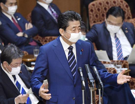 رئيس الوزراء اليابانى يرتدى الكمامة