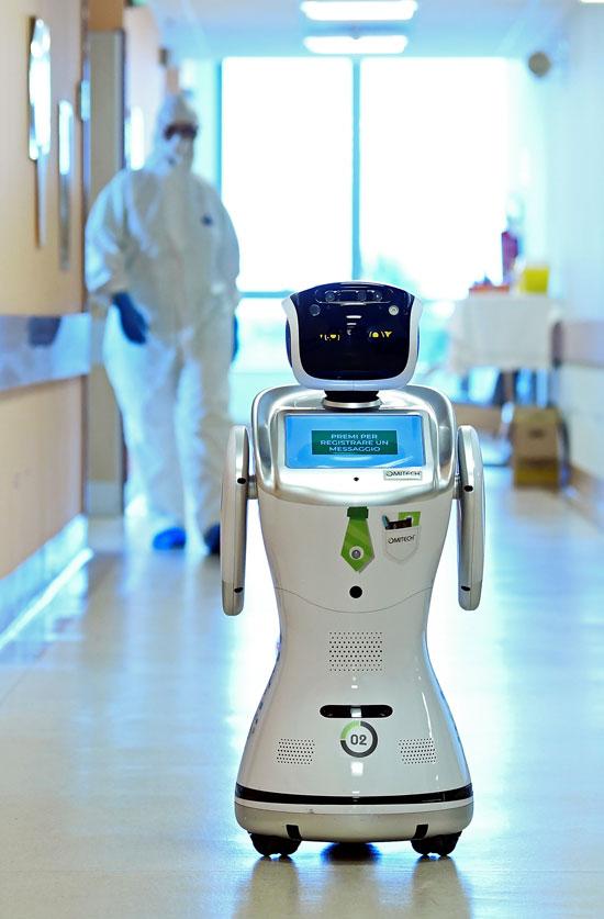 ريبوت مع احدى الممرضات