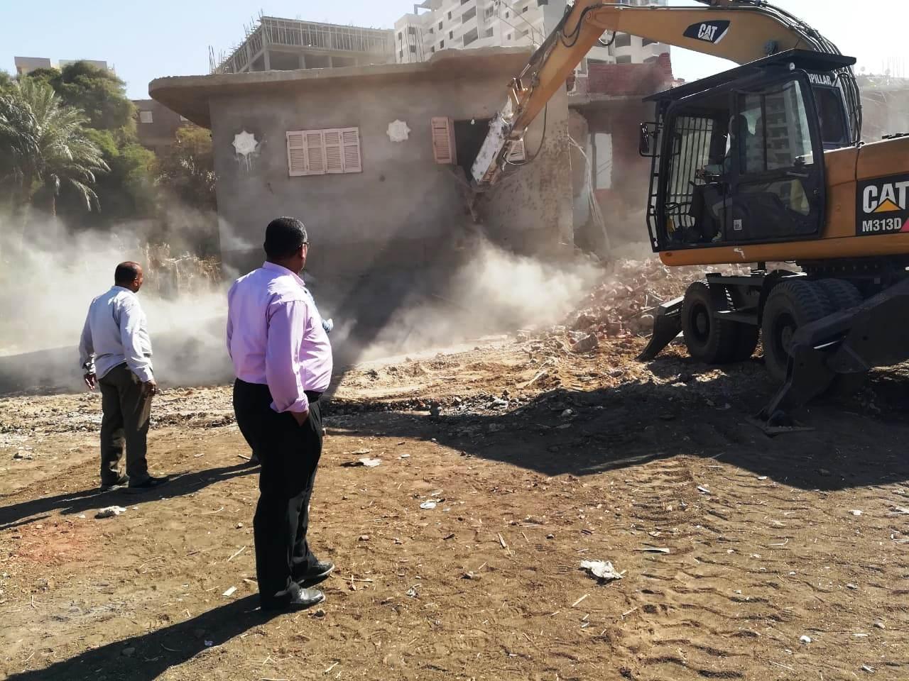 استمرار حملات إزالة مخالفات البناء والتعدي على الارض الزراعية بمراكز المحافظة (15)