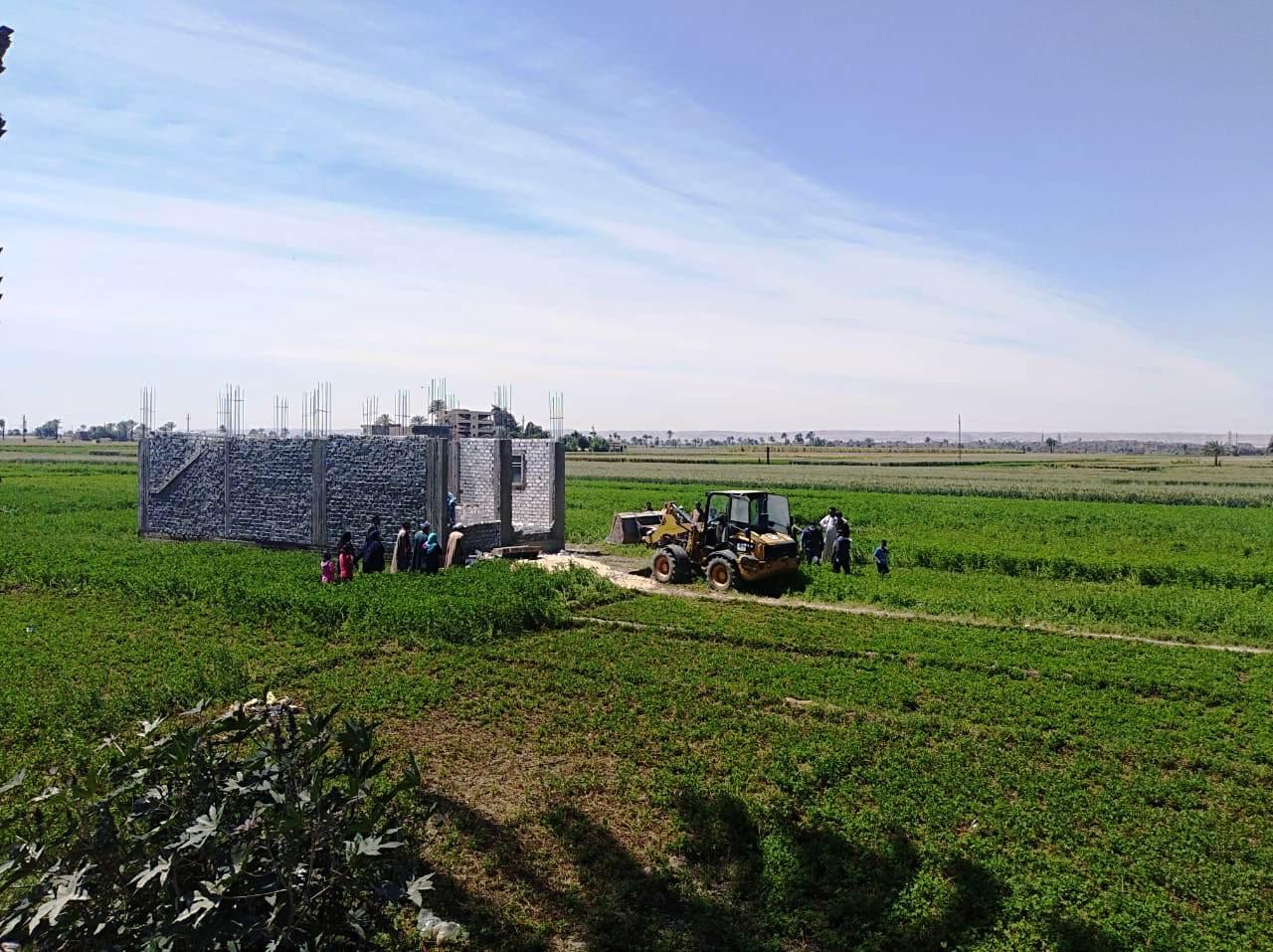 استمرار حملات إزالة مخالفات البناء والتعدي على الارض الزراعية بمراكز المحافظة (19)