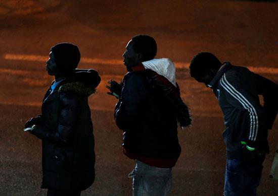 عدد من المهاجرين ينتظرون دورهم للفحص من قبل سلطات مالطا