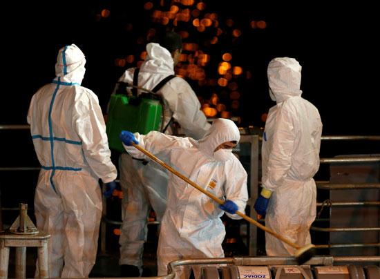 عمليات تعقيم فى أحد الموانئ بمالطا