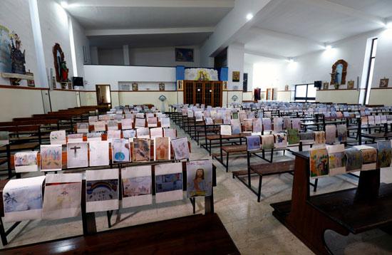 صور ضحايا كورونا على كقاعد كنيسة بإيطاليا