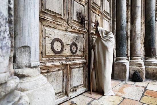 التضرع والدعاء على الأبواب
