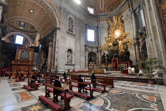 كاتدرائية القديس بطرس بالفاتيكان خاوية من المصلين