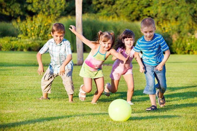 اطفال يلعبون الكرة