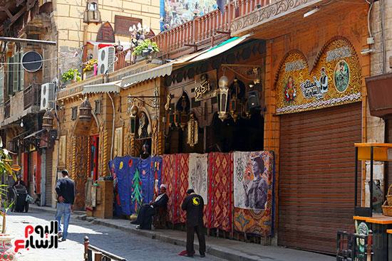 شارع المعز يلتزم بغلق المحلات (1)