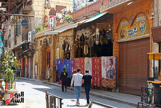 شارع المعز يلتزم بغلق المحلات (3)