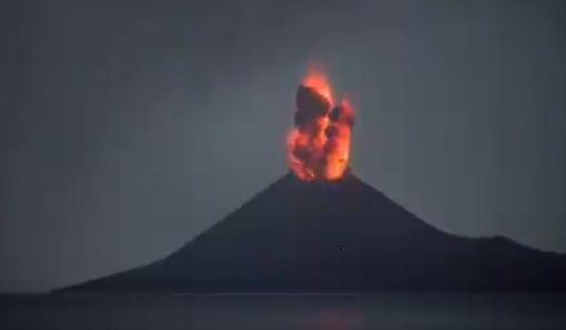 لحظة ثوران البركان