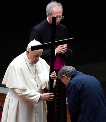 البابا فرانسيس يؤدى مراسم الجمعة العظيمة مع أحد الحضور