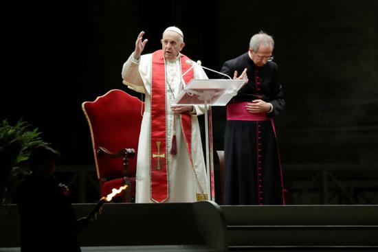 البابا فرانسيس يقود مراسم الجمعة العظيمة