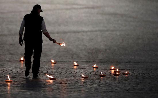 شخص يؤدى مراسم  الجمعة العظيمة وحيدا