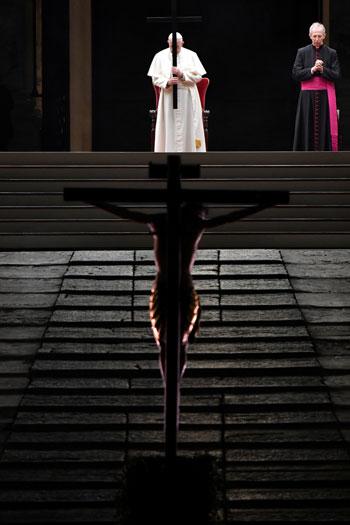 مشهد يجمع البابا فرانسيس بتمثال المسيح فى رواق الكاتدرائية