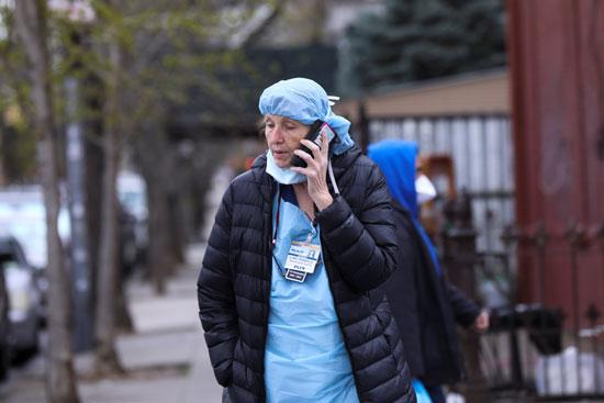 طبيبة خلال استراحتها من عملها المتواصل لمواجهة كورونا