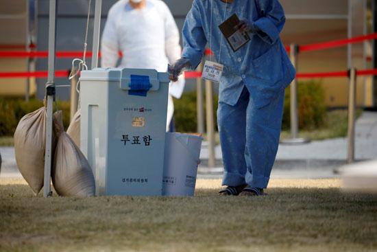 مصابة بكورونا تدلى بصوتها فى الانتخابات بمركز الحجر