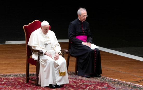 البابا فرانسيس يؤدى مراسم الجمعة العظيمة بكاتدرائية القديس بطرس في روما.