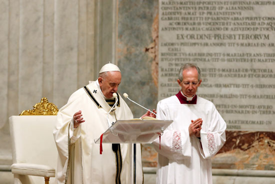 البابا فرنسيس يقود خدمة يقظة عيد الفصح