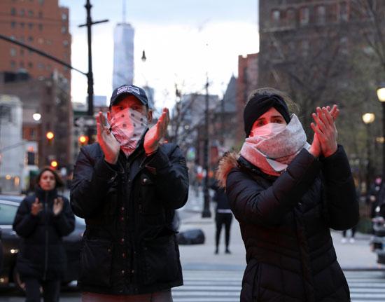 أمريكيون يصفقون للأطقم الطبية فى نيويورك لعملهم المتواصل فى مواجهة كورونا