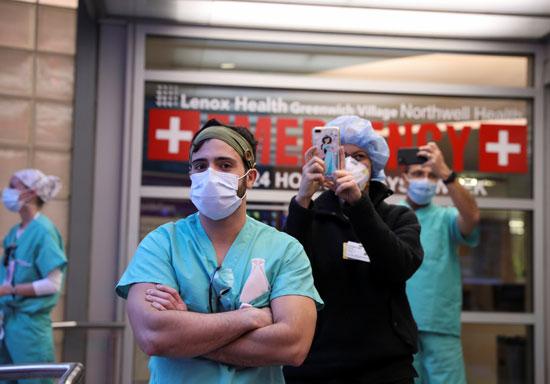 سعادة أفراد الطواقم الطبية فى نيويورك بتحية ودعم المواطنين