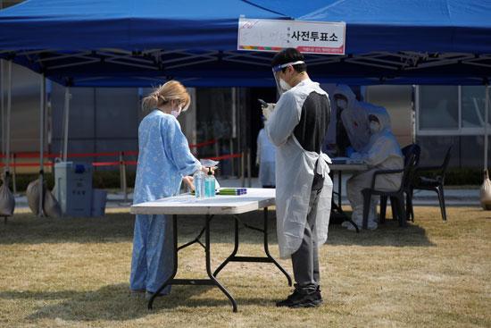 إجراءات التصويت فى مركز الحجر الصحى بيونجين الكورية الجنوبية