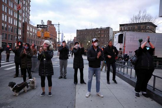 مواطنون يصفقون للطواقم الطبية فى نيويورك