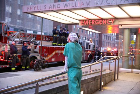 رجال الإطفاء والمواطنون يرددون الهتافات الداعمة للطواقم الطبية فى نيويورك فى مواجهة كورونا