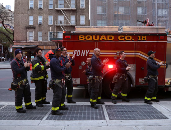 رجال الإطفاء يحيون الطواقم الطبية لمجهودهم المتواصل فى مواجهة كورونا