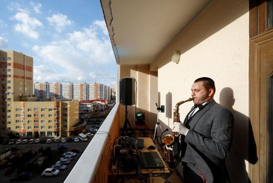 عازف-الساكسفون-يؤدي-على-شرفة-خلال-حفل-موسيقي-في-ستافروبول