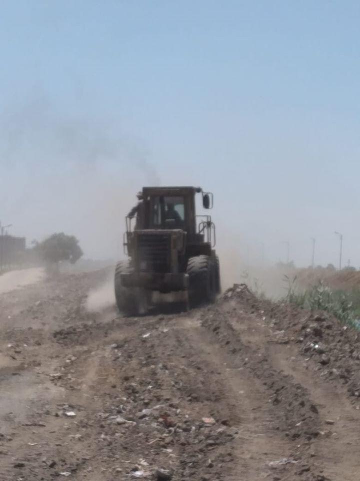 1 مدينة إسنا ترفع 12 طن من الأتربة والمخلفات بقرية الكيمان