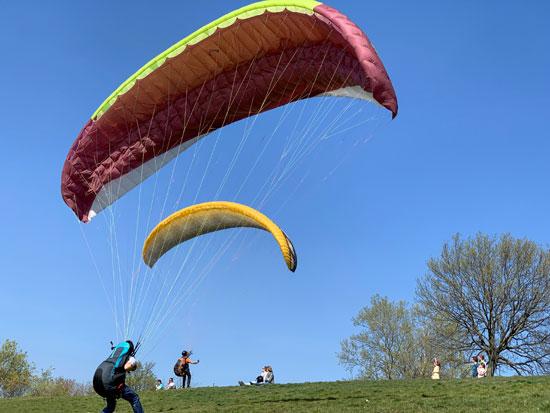 ممارسة-رياضة-القفز-بالمظلات-فى-حدائق-برلين