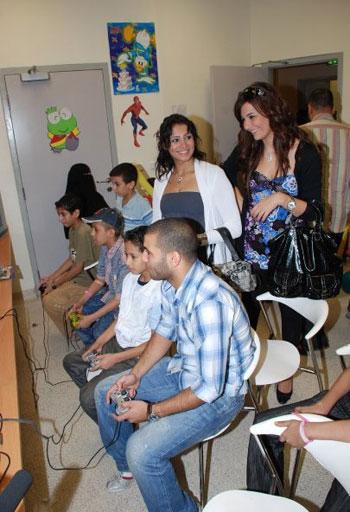 عماد متعب يلعب مع الاطفال المرضى