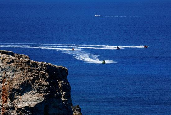 يستخدم-الناس-الجت-سكي-في-البحر-خارج-مدينة-مليحة-بجزيرة-مالطا