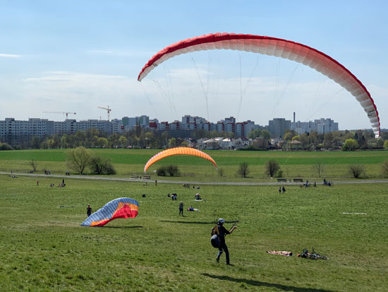--يمارس-الشباب-القفز-بالمظلات-في-حديقة-ببرلين- (2)