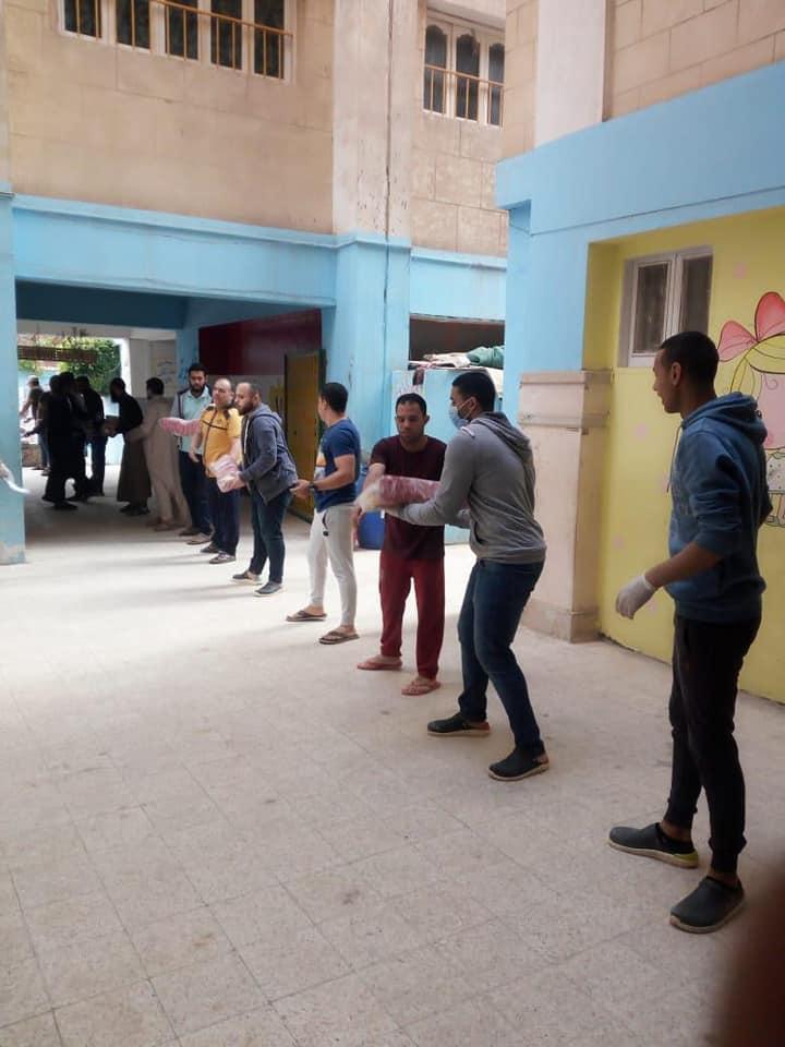 توزيع مساعدات على أهالى قرية المعتمدية (1)