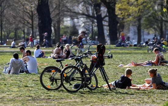 يستمتع-الناس-بالطقس-المشمس-في-برلين-(2)