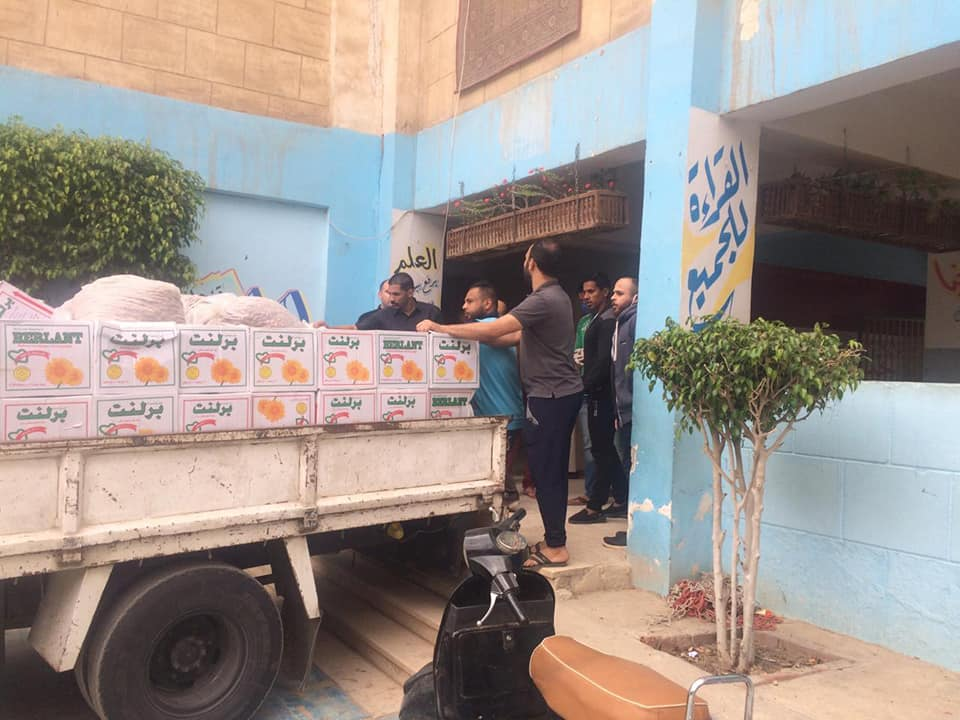 توزيع مساعدات على أهالى قرية المعتمدية (3)