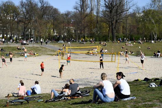 يستمتع-الناس-بالطقس-المشمس-في-برلين-(1)