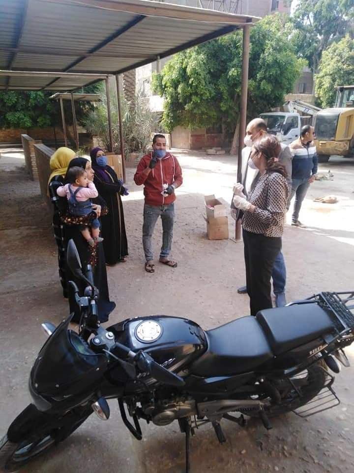 توزيع مساعدات على أهالى قرية المعتمدية (2)